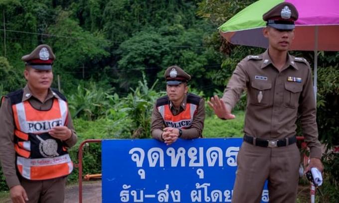 <p> Các nhà báo và những người không phận sự được yêu cầu rời khỏi hiện trường. Cảnh sát phong tỏa các con đường xung quanh hang động Tham Luang.</p>