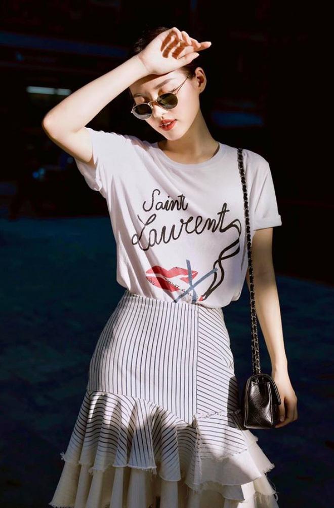 """<p> Mẫu áo phông trắng in logo Saint Laurent và khẩu hiệu """"no smoking"""" mà Khánh Linh diện có giá gần 9 triệu đồng.</p>"""