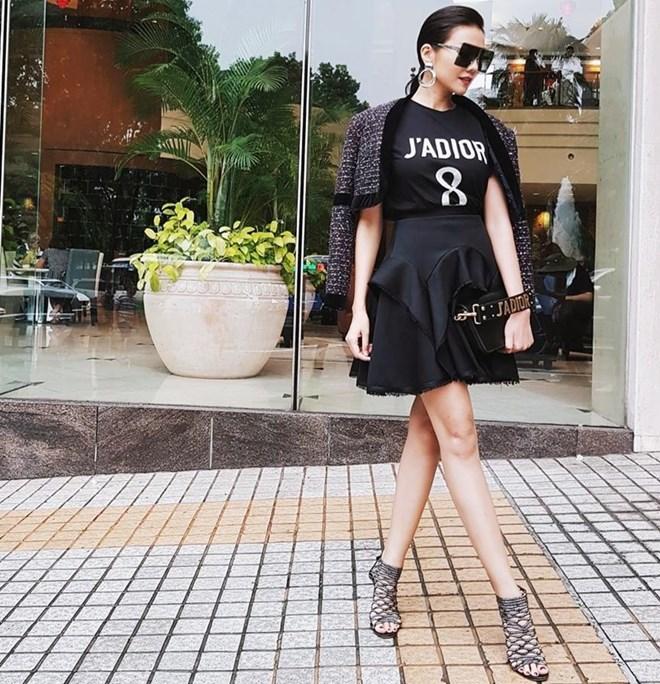 <p> Thiết kế áo phông Dior mà Thanh Hằng diện có giá khoảng 16 triệu đồng.</p>