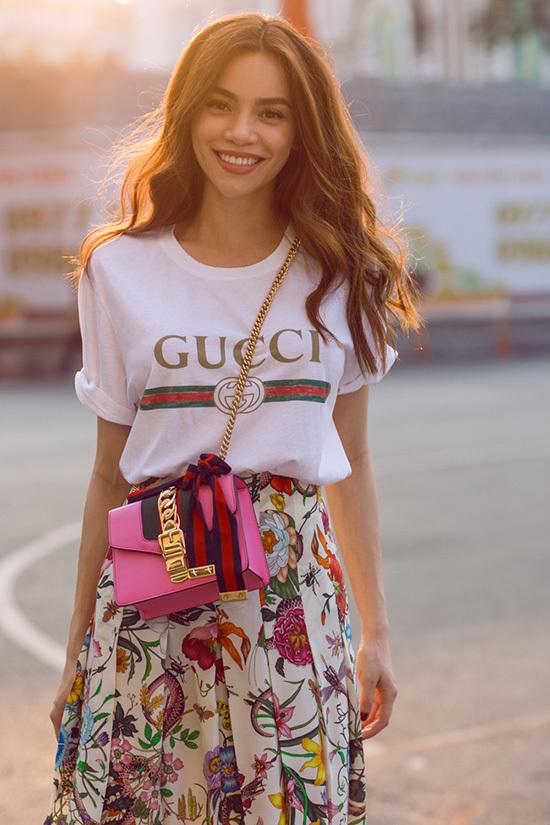 <p> Sản phẩm áo phông trắng in hình đơn giản của Gucci mà Hà Hồ diện có giá hơn 13,4 triệu đồng. Kiểu dáng đậm chất cổ điển, mang hơi hướng bụi bặm của thập niên 90 được nhiều sao Việt săn lùng như Hương Giang Idol, Jolie Nguyễn, Bảo Thy…</p>