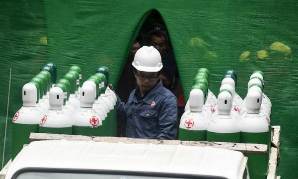 Các bình dưỡng khí tiếp tục được vận chuyển phục vụ công tác cứu hộ.