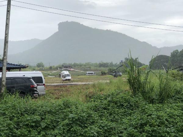 Máy bay trực thăng đã chờ sẵn để đưa những cậu bé đầu tiên đi cấp cứu.