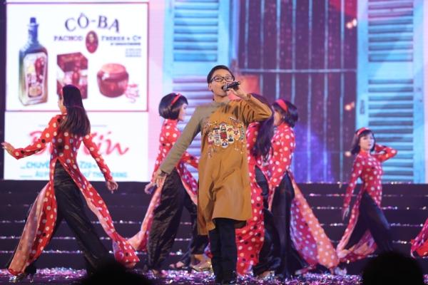 Với chủ đề Sài Gòn xưa và nay, giọng ca nhí Minh Nhật mang đến những ca khúc Thương ca tiếng Việt, Cô Ba Sài Gòn... tái hiện lại một nét xưa cổ kính qua tài áo dài.