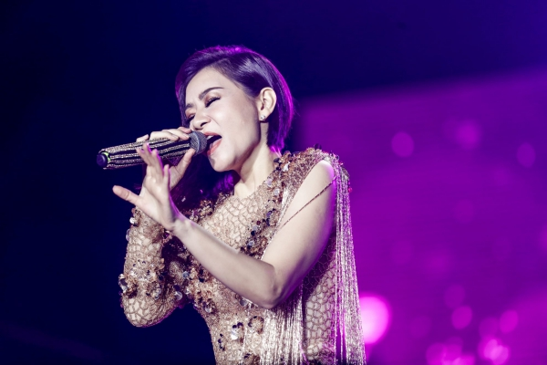 Tối 7/7, Thu Minh là ca sĩ được chờ đợi tại sự kiện âm nhạc với sự tham gia của HyunAh, Kim Samue. Nữ ca sĩ mang ca khúc mới toanh Forever 20 (Sống như ta 20) chỉ vừa ra mắt cách đó 24 tiếng.
