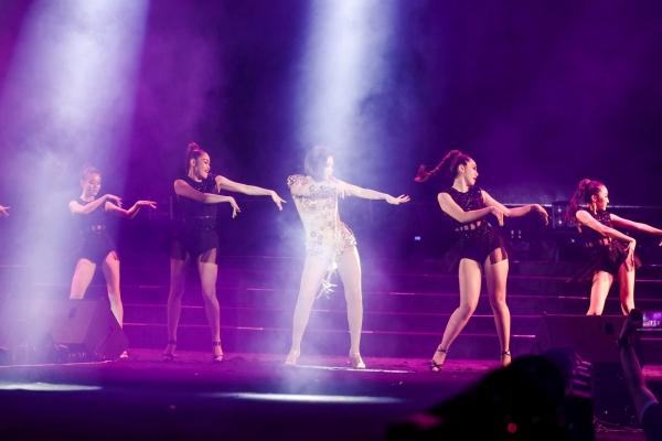 Nữ ca sĩ còn trình diễn với 20 dancer cùng phần vũ đạo quyến rũ, tràn đầy năng lượng. Dù đã bước sang tuổi 40, thế nhưng Thu Minh vẫn chứng tỏ sự trẻ trung, căng tràn sức sống của mình như tuổi đôi mươi.