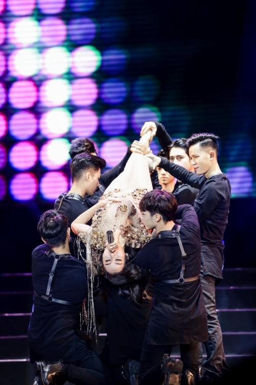 Mặc cho sự cố đã xảy ra, khán giả dành cho Thu Minh sự cuồng nhiệt, tiếp sức cho nữ ca sĩ thăng hoa.
