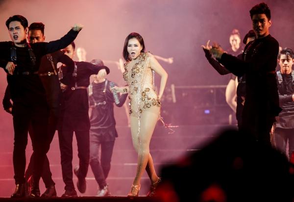 Với kinh nghiệm 25 năm trên sân khấu, cô nhanh chóng lấy lại phong độ và tiếp tục thể hiện ca khúc một cách bùng nổ.