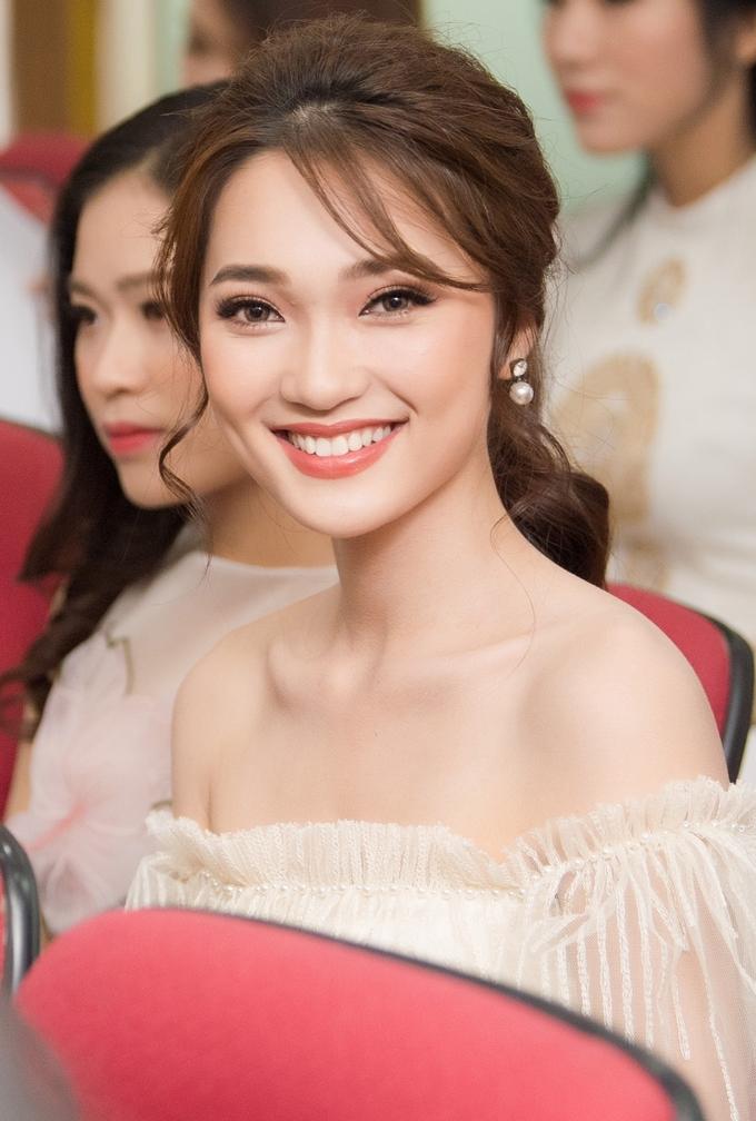 <p> Thí sinh Nguyễn Thị Ngọc Nữ, sinh năm 1994, từng lọt vào Top 10 chung cuộc và cũng là cô gái có gương mặt đẹp nhất Hoa hậu Hoàn Vũ 2017. Người đẹp xứ Nghệ sở hữu nhan sắc ngọt ngào cùng nụ cười rạng rỡ.</p>