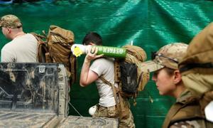 Không khí căng thẳng ngoài hang Tham Luang trong ngày giải cứu đầu tiên