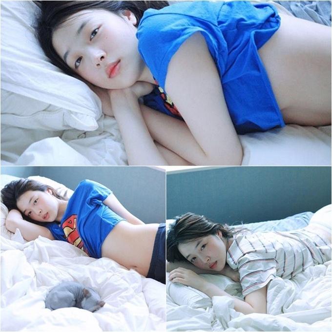 <p> Nhắc đến những vụ ồn ào của Sulli, nhiều người vẫn không thể quên bộ ảnh Lolita năm 2017. Trong loạt ảnh gây sốc, cựu thành viên f(x) nằm trên chiếc giường trắng với trang phục ngắn cũn cỡn và tạo dáng phản cảm cùng ánh mắt đờ đẫn. Bộ hình được thực hiện bởi Rotta, nhiếp ảnh gia có tiếng ở Hàn. Ông cũng là người thường xuyên vướng phải chỉ trích khi thực hiện những bộ ảnh mang hơi hướng ấu dâm và từng bị tố quấy rối tình dục mẫu nữ.</p>
