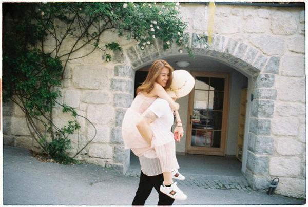 Ngọc Thảo được bạn trai cõng đi dạo trên đường phố châu Âu, lãng mạn như phim ngôn tình.