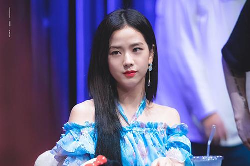 Ji Soo cũng không hề kém cạnh khi dự buổi ký tặng với chiếc váy cùng thiết kế. Mỹ nhân nhà Black Pink chọn hoa tai dây dài tạo cùng màu tạo sự hài hòa.