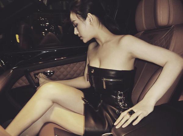 Huyền Baby diện chiếc váy quây bó chặt vòng một, khoe thân hình gợi cảm trên chiếc siêu xe.
