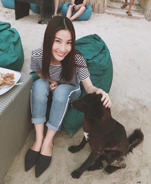 Diễm My 9x đau lòng vì nựng cún nhưng chú cún chỉ để tâm đến... đĩa thức ăn.