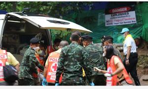 Khoảnh khắc nín thở chờ đợi những cậu bé Thái Lan đầu tiên ra khỏi hang