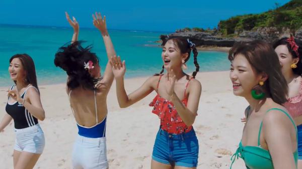 Twice gây bất ngờ với những bộ cánh gợi cảm, phù hợp với bãi biển.