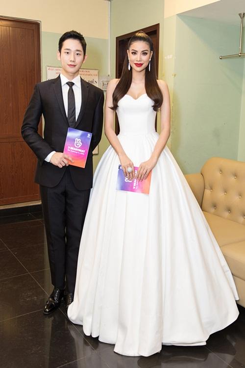 Hoa hậu Phạm Hương gây bất ngờ khi xuất hiện tay trong tay cùng Jung Hae In. Cặp đôi đã khiến cả hội trường nhà hát như bùng nổ.