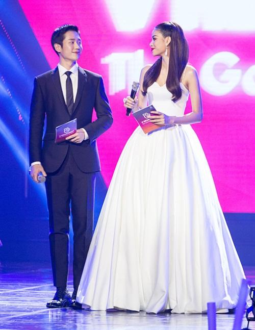 Những cử chỉ của Jung Hae In khoác tay Phạm Hương khiến fan hò hét ghen tị.