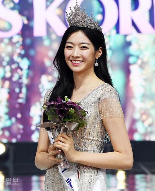 Kim Soo Min, 23 tuổi, vượt qua nhiều ứng viên để đăng quang Hoa hậu Hàn Quốc lần thứ 62 trong đêm chung kết diễn ra vào đầu tháng 7. Tuy nhiên ngay khi vừa bước chân lôi ngôi vị cao nhất, nhan sắc của cô gái này đã gây nổ ra một cuộc tranh cãi.