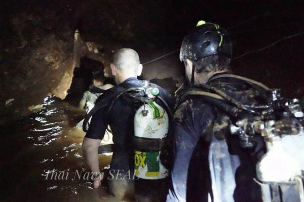 Những người thợ lặn bảo trì hệ thốngdọc quãng đường 5km vào trong hang để chuẩn bị hành trình tiếp theo.