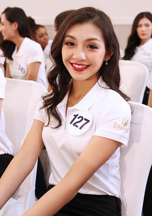 So với 1 năm trước đó khi còn là thí sinh Hoa hậu Hoàn vũ, Thanh Tú trông đã đằm thắm hơn, biết cách trang điểm, làm đẹp phù hợp với bản thân.