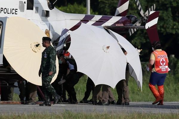 Các cậu bé được đưa ra xe cứu thương lên trực thăng. Ảnh: Reuters