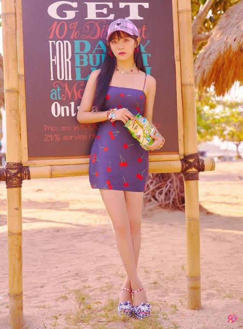 Se Jeong cũng chọn item này để chụp ảnh teaser. Tuy nhiên thành viên Gugudan cầu kỳ hơn với mũ, giày họa tiết.