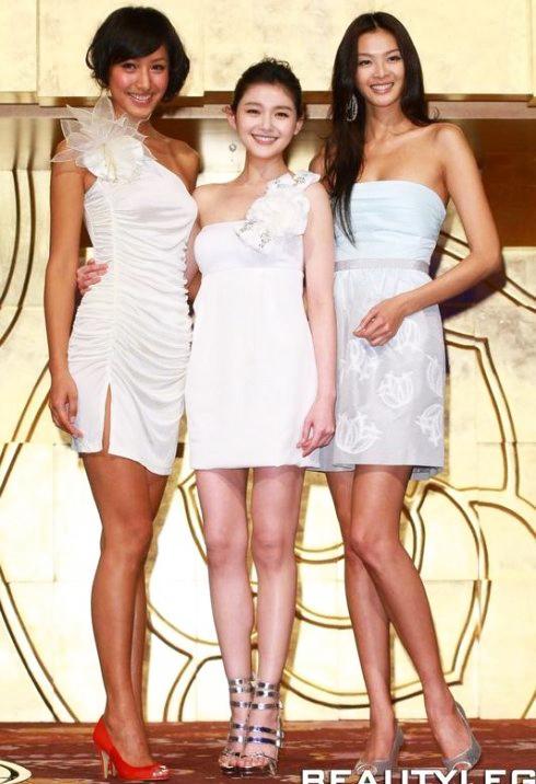 Trong sự kiện tuyên truyền Bong bóng mùa hè vào năm 2009, Từ Hy Viên như lọt thỏm giữa hai siêu mẫu Lâm Gia Kỳ và Tưởng Di dù đã mang đôi giày gót cao tới 30 cm.