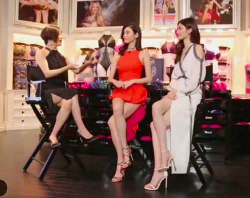 Nữ MC talkshow khiến khán giả bật cười vì lộ rõ chiều cao quá chênh lệch khi ngồi cạnh 2 siêu mẫu đình đám Hề Mộng Dao (Ming Xi) và Hà Tuệ (He Sui).