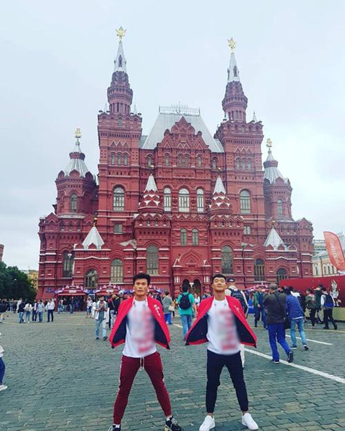 Tiến Dũng - Đức Chinh thích thú thăm Quảng trường Đỏ ở Nga.