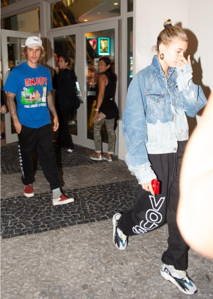 <p> Justin Bieber và Hailey Baldwin cùng mặc sweatpant màu đen thoải mái trong chuyến đi chơi ở Miami. Justin kết hợp cùng áo phông màu xanh, giày vans hiệu Vault và mũ trắng còn bạn gái anh mix sweatpant cùng áo khoác denim và sneaker Adidas.</p>