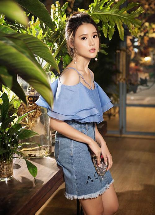 Midu trung thành với phong cách nữ tính khi diệnáo trễ vai màu xanh tươi mát, khoe xương quai xanh.