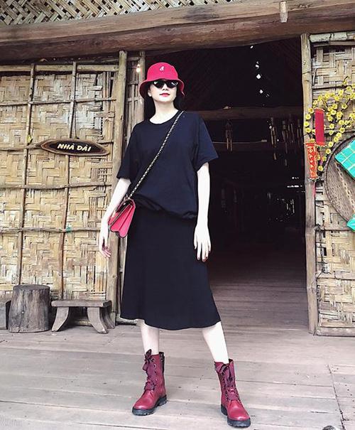 Thiều Bảo Trang thường xuyên giấu dáng nuột trong những bộ váy lùng bùng nhưng lại tôn lên được tính cách nổi loạn của chủ nhân.