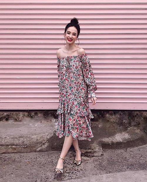 Angela Phương Trinh khoe vai trần trên phố trong chiếc váy hoa nhí xinh yêu.