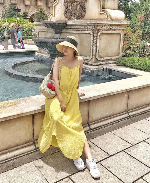 Chiếc váy hai dây vàng tươi mát giúp Băng Di nổi bật như nắng trong chuyến du lịch hè.