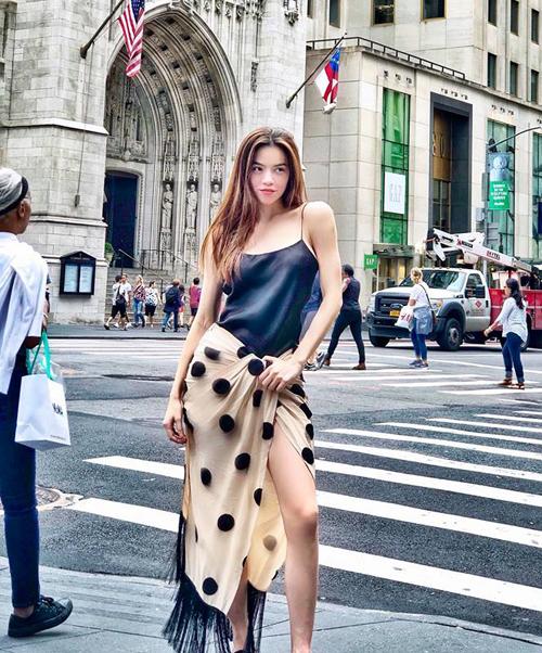 Diện chiếc váy hàng hiệu với thiết kế xoắn lạ mắt, Hà Hồ bị nhiều người lầm tưởng đang quấn khăn ra đường.