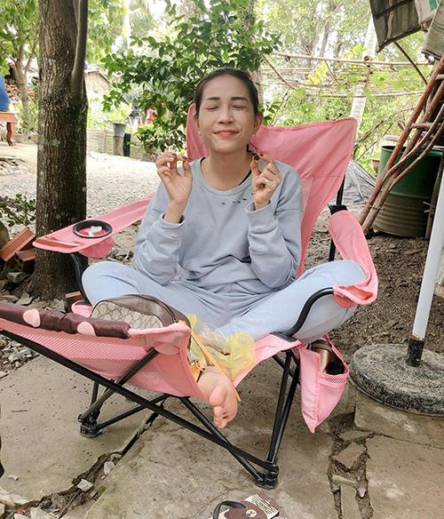 Khả Như đầy thỏa mãn khi vừa quay phim vừa được ngồi ăn vặt.