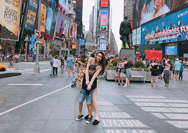 Hà Hồ đi lưu diễn Mỹ đưa luôn cả Subeo đi cùng tranh thủ hai mẹ con nghỉ hè cùng nhau.