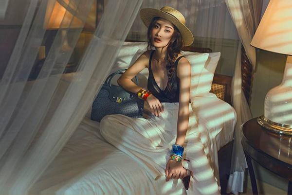 Jun Vũ khoe vẻ đẹp gợi cảm, bí ẩn như gái Tây.