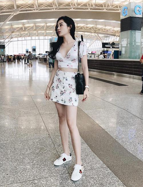 Set váy hoa nhí với croptop và chân váy mini là một gợi ý mát mẻ, gợi cảm của Huyền My cho các cô gái trong mùa nóng.