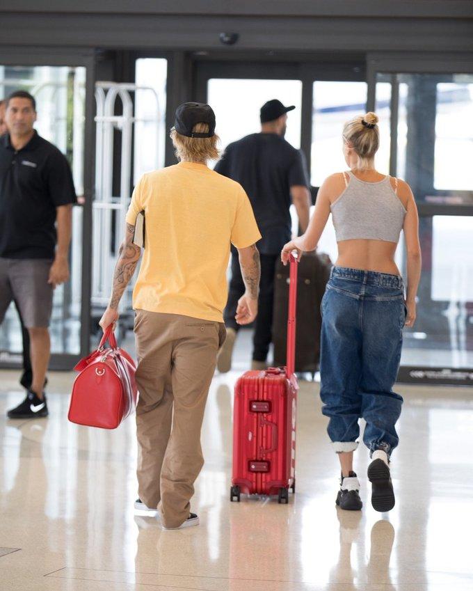 <p> Những trang phục mang phong cách thể thao là item yêu thích của Hailey mỗi lần xuất hiện bên cạnh Justin Bieber. Ảnh chụp cặp đôi tại sân bay Miami ngày 10/6.</p>