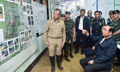 Thủ tướng Thái Lan, Prayut Chan-ocha tham gia một cuộc họp, nghe báo cáo hoạt động giải cứu với người đứng đầu chiến dịch Narongsak Osatanakorn. Ảnh: EPA