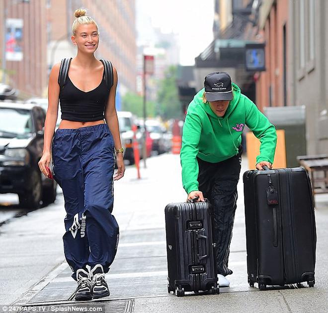 <p> Sau gần một tháng tái hợp với Hailey, Justin Bieber cuối cùng cũng chịu cạo râu và có diện mạo sáng sủa hơn. Cặp đôi diện quần ống rộng và đi giày thể thao tại New York ngày 6/7.</p>