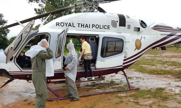 Nhân viên cứu hộ chuẩn bị phương tiện di chuyển cho các cậu bé và huấn luyện viên được cứu ra hôm nay 10/7. Ảnh: Reuters