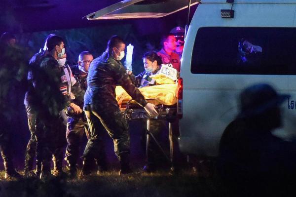 Lực lượng cứu hộ đưa một cậu bé dược giải cứu ra xe cứu thương.