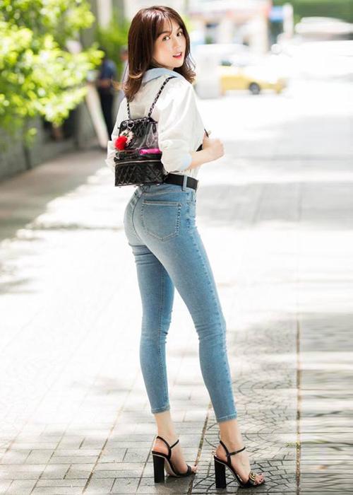 Sơ mi trắng và quần skinny là combo quen thuộc của Ngọc Trinh khi ra phố vì giúp cô tôn lên được đôi chân miên man, vẻ đẹp trong trẻo.