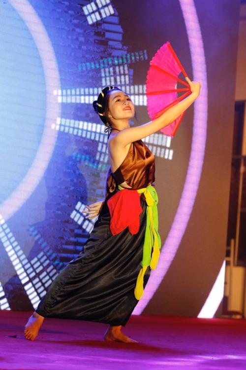 [Caption]Nhiều thí sinh mang đến những tiết mục được đầu tư công phu từ các bộ môn múa, hát, đàn, vũ đạo...