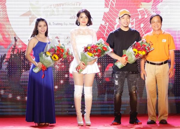 Không chỉ tham gia biểu diễn, Chi Pu còn là một thành viên trong BGK cuộc thi để chọn ra tài năng xứng đáng. Cô dành nhiều lời khen về tài năng và sức trẻ của các bạn sinh viên.