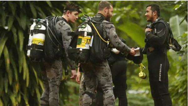 Lực lượng cứu hộ đa quốc gia đã có mặt trong vụ giải cứu. (Ảnh: AP)