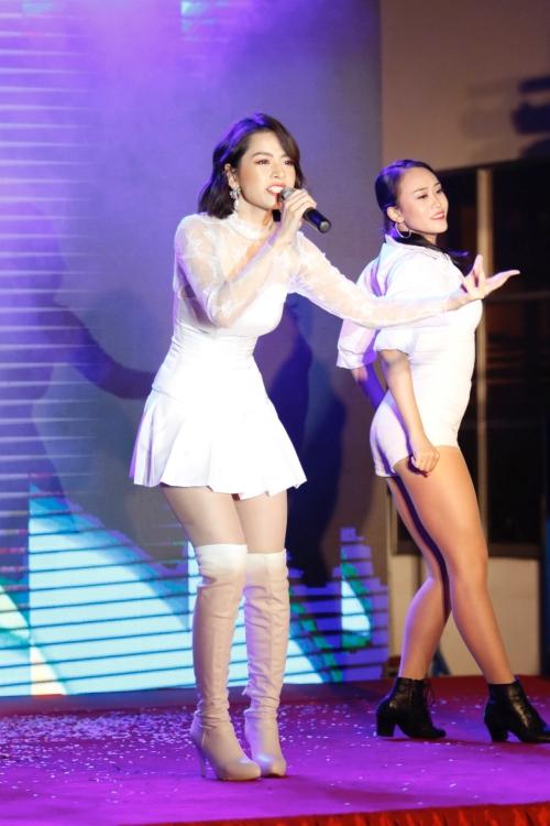Chi Pu khiến cả hội trường như vỡ òa về sự xuất hiện. Cô chọn diện bộ cánh ren trắng trẻ trung mix cùng giày boot cao ngang đùi màu nude.